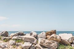 岩石沿海海滩 免版税库存照片