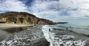 岩石波浪海滩全景的沙子 免版税库存图片