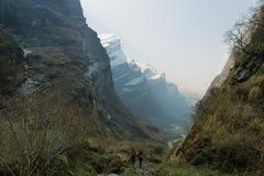 岩石流动在尼泊尔的峰顶和河 免版税库存照片