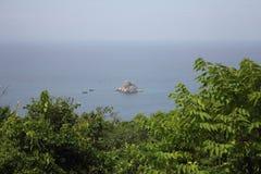 岩石海岛在海 免版税库存照片
