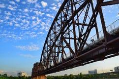 岩石海岛铁路桥梁。 库存照片