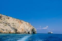 岩石海岸、洞、海和船 库存图片