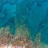 岩石海岸从上面,希腊 免版税库存图片