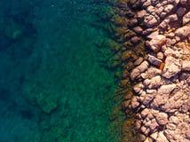 岩石海岸从上面,希腊 图库摄影