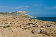 岩石海岸和风大浪急的海面 库存照片