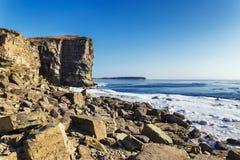 岩石海岸和Tobizin海角在冬天,俄罗斯高峭壁  图库摄影
