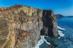 岩石海岸和Tobizin海角高峭壁在冬天 免版税库存图片