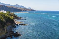 岩石海岸在夏天在西西里岛,意大利 图库摄影