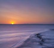 岩石海岸日出 免版税图库摄影