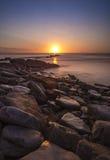 岩石海岸日出 库存照片