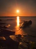 岩石海岸日出 库存图片