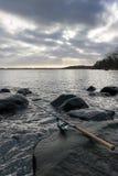 从岩石海岸的冬天渔 免版税库存图片