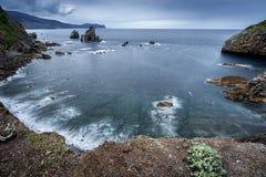 岩石海岸的场面在秋天 免版税库存照片