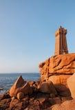 岩石海岸的灯塔 免版税库存照片