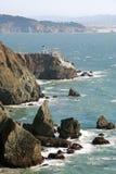 岩石海岸的灯塔 免版税库存图片