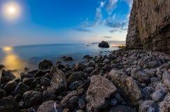 岩石海岸的看法在夜。长的曝光射击 库存图片