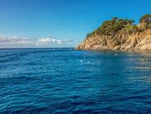 岩石海岸的看法从海的 免版税库存照片