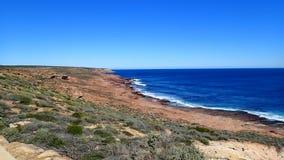 岩石海岸的线路 免版税库存图片