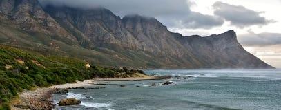 岩石海岸的线路 图库摄影