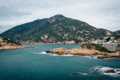 岩石海岸看法在Shek O的和D'Aguilar从Tai Tau C锐化, 免版税库存照片