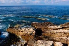 岩石海岸线全景有在海的看法天际的 免版税库存图片