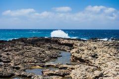 岩石海岸线和波浪在马耳他 库存照片