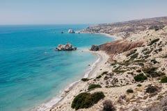 岩石海岸线和海在塞浦路斯 免版税库存图片