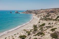 岩石海岸线和海在塞浦路斯 免版税图库摄影