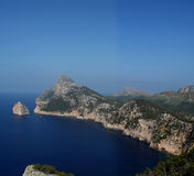 岩石海岸线和蓝色海 图库摄影