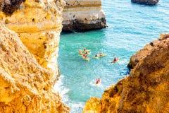 岩石海岸线在拉各斯,葡萄牙 库存图片