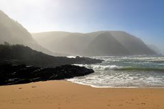 岩石海岸线在风暴河在Tsitsikamma国家公园,南非 免版税图库摄影