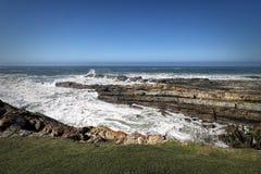 岩石海岸线在风暴河在Tsitsikamma国家公园,南非 库存图片