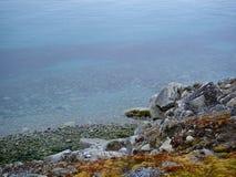 岩石海岸线安静水 免版税库存照片