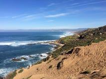 岩石海岸线桑迪足迹侧视图  免版税图库摄影