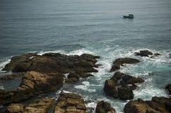 岩石海岸线视图 免版税图库摄影