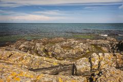 岩石海岸线风景瑞典 免版税库存图片