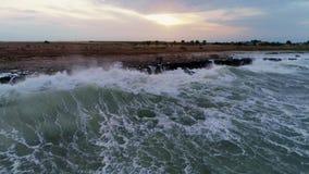 岩石海岸线鸟瞰图与碰撞的挥动 股票录像