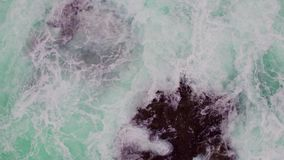 岩石海岸线鸟瞰图与碰撞的挥动 股票视频