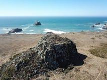 岩石海岸线鸟瞰图在索诺马,加利福尼亚 免版税库存图片
