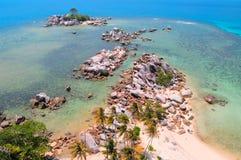 岩石海岸线, Lengkuas海岛 免版税库存照片
