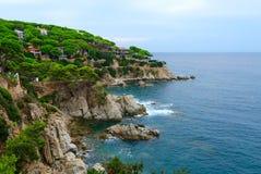 岩石海岸美丽的景色在略雷特德马尔,布拉瓦海岸,加泰罗尼亚,西班牙 库存照片