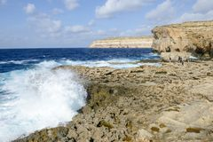 岩石海岸近的缺掉天蓝色的窗口在戈佐岛海岛,马耳他 免版税库存图片