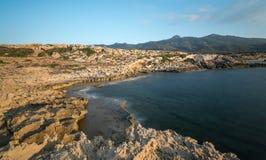 岩石海岸, Davlos北赛普勒斯土耳其共和国 免版税图库摄影