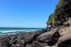 岩石海洋海岸线在一个晴天 库存图片