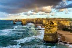 岩石海洋风暴的十二位传道者冲浪 日落 在太平洋海岸的意想不到的早晨光 库存照片