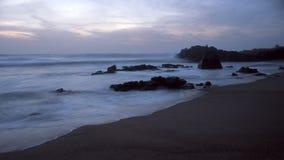 岩石海海滩晚上 库存图片
