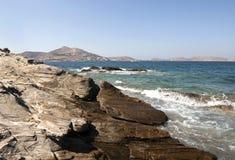 岩石海滨在帕罗斯岛海岛 免版税库存图片