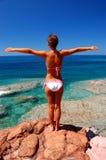 岩石海滩的女孩 库存照片