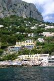 岩石海滩的旅馆 库存图片