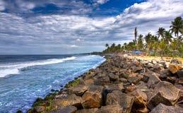 岩石海滩的hdr 免版税库存照片